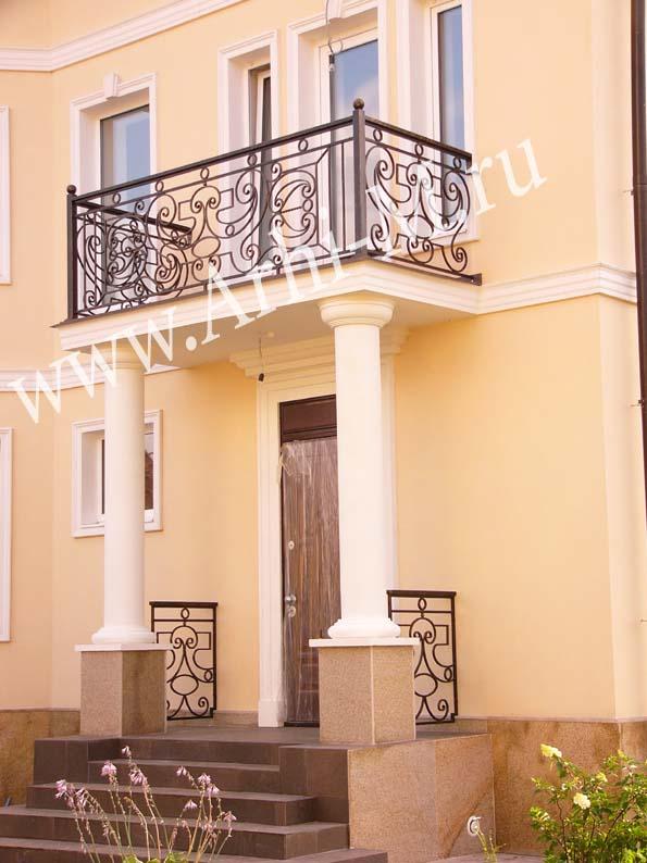 Ограждение балкона с колоннами.